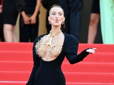 Bella Hadid rouba a cena em red carpet ao cobrir seios com joia escultural. Aos looks!