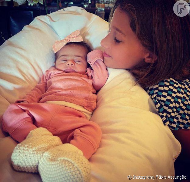 Mulher de Fábio Assunção compartilha foto de Alana Ayó, filha de dois meses com o ator brincando