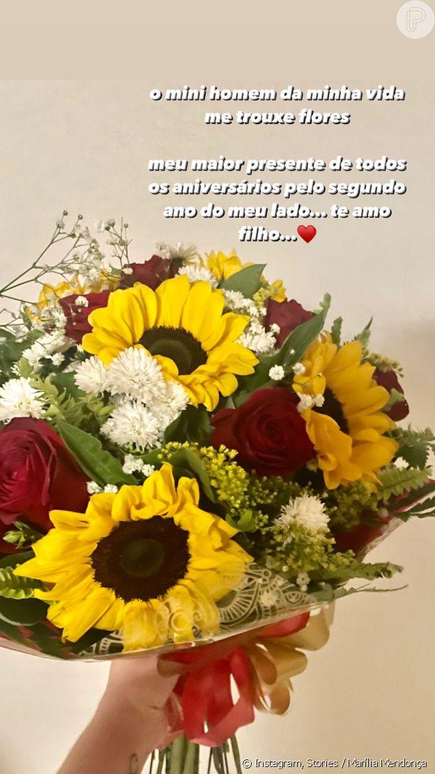 Marília Mendonça ganha buquê de flores do filho, Léo, em aniversário de 26 anos