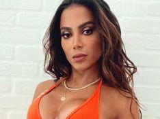 Anitta aposta em beachwear que realça bronzeado e Juliette deixa comentário