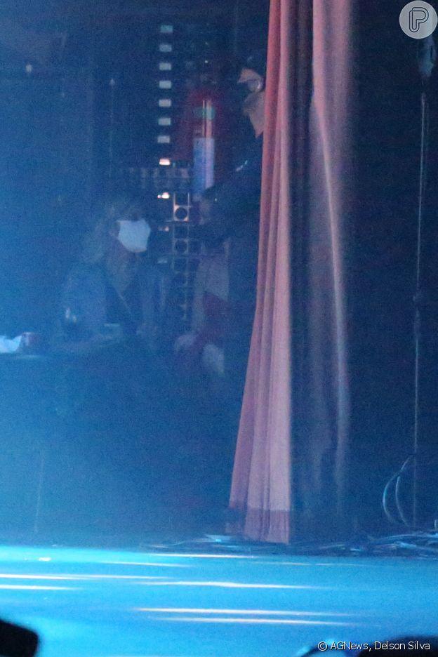 Paolla Oliveira (de vermelho) acompanhou show de Diogo Nogueira do palco