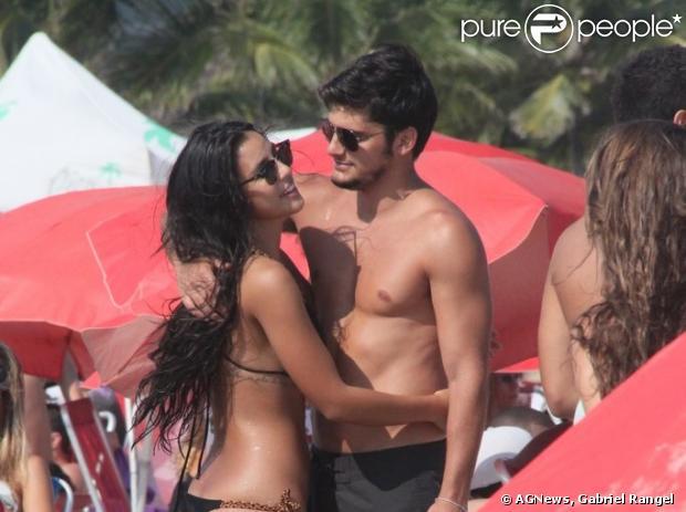 Bruno Gissoni e Yanna Lavigne namoram na praia da Barra da Tijuca, na zona oeste do Rio de Janeiro, em 9 de março de 2013