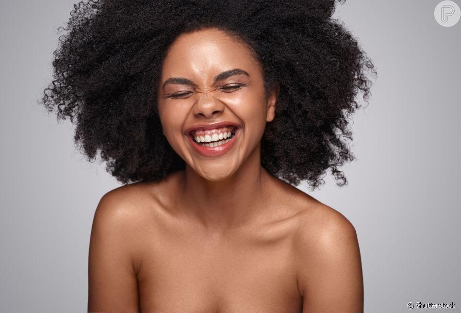 Além de fácil, a hidratação noturna facilita a rotina de cuidados com os cabelos