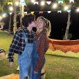 Sasha e o marido, João Figueiredo, posaram em clima romântico com looks juninos