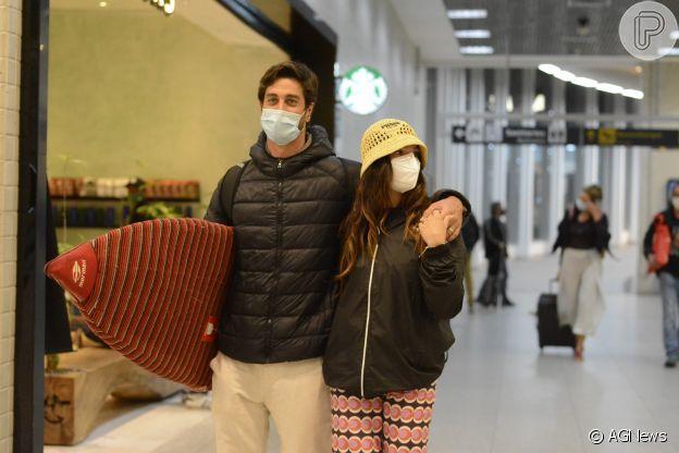 Isis Valverde e André Resende voltam da Bahia agarradinhos no aeroporto