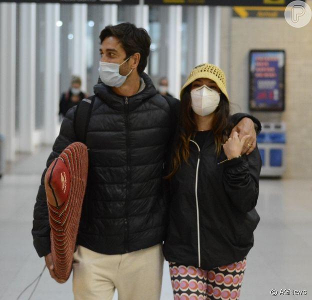 Isis Valverde e André Resende aparecem agarradinhos em aeroporto do Rio de Janeiro