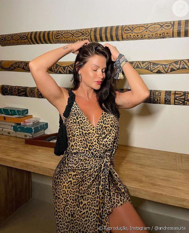 Andressa Suita usa vestido com animal print em viagem para Arraial d'Ajuda, na Bahia