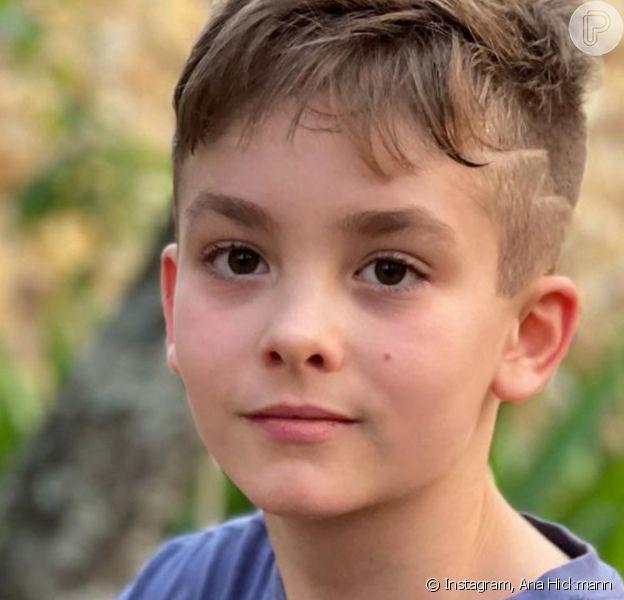 Filho de Ana Hickmann chamou atenção pela beleza em foto com o pet da família: 'Lindo'