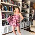 Vera Fischer exibe corpo ao dançar de vestido curto em casa