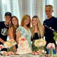 Filhas de Gugu posam com a mãe, Rose Miriam, e os respectivos namorados em festa da ex-mulher do apresentador