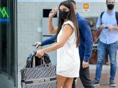 Juliana Paes escolhe camisetão com tênis da moda para viagem. Fotos do look!