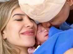 Léo Santana posta primeira foto com a filha recém-nascida no quarto: 'Amor verdadeiro'