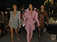 Neon, plumas e mais: famosas ousam com trends no desfile da Balmain em Paris. Aos looks!