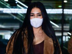 Puro luxo! Simaria usa look monocromático e casaco de pele em aeroporto