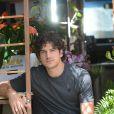 Bento (Marco Pigossi) é florista em 'Sangue Bom'