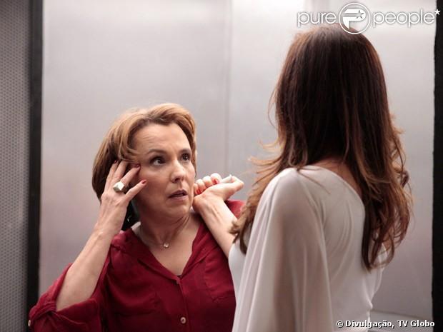Lívia Marini (Claudia Raia) prepara injeção letal para matar Rachel (Ana Beatriz Nogueira) em 'Salve Jorge'