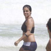 Thammy Miranda, de top e sunga, curte praia do Rio e se refresca com amigas