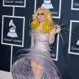 No Grammy Awards de 2010, Lady Gaga escolheu um vestido armado e transparente com um sapato com brilhos
