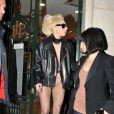 Novamente, Lady Gaga apareceu usando um body cor da pele dando a impressão de estar nua por baixo do casaco