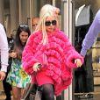 Durante um passeio em Nova York, em 2012, Lady Gaga usou um casaco de pele pink