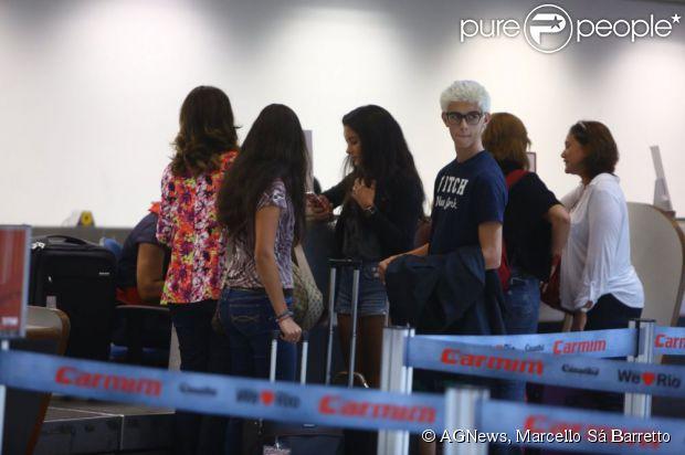 Fátima Bernardes e William Bonner são clicados no aeroporto Santos Dumont, no Rio de Janeiro, com seus trigêmeos, Laura, Beatriz e Vinícius. O adolescente apareceu com o cabelo descolorido, em 27 de março de 2013