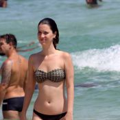 Nathalia Dill mergulha no mar usando biquíni comportado durante tarde na praia