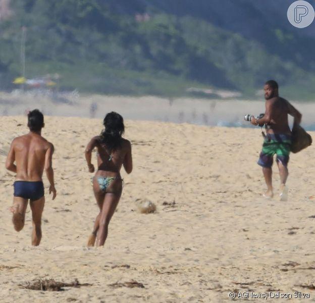 Irritada, Naomi Campbell corre atrás de fotógrafo após flagra em Trancoso, na Bahia
