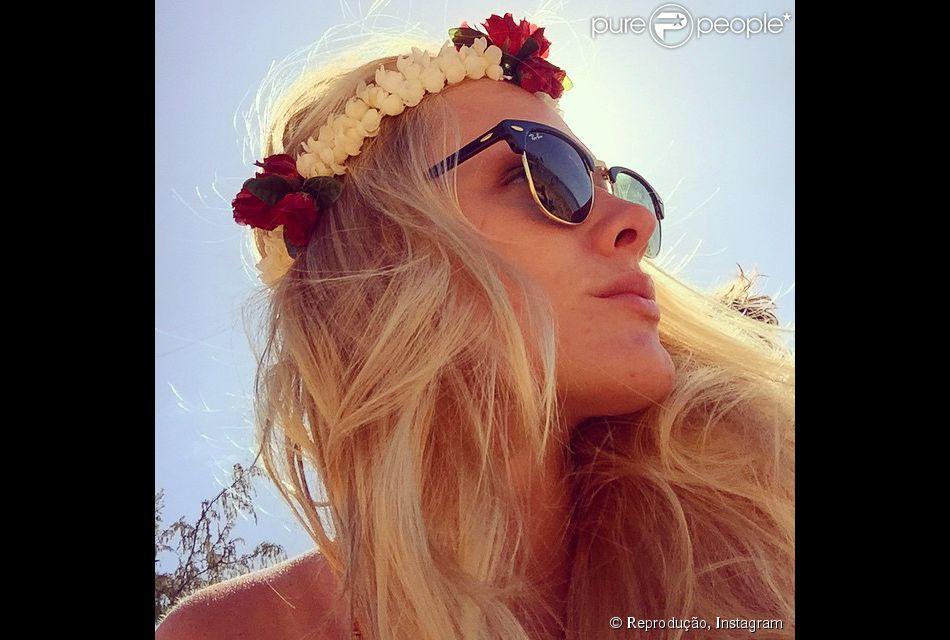 Fiorella Mattheis usou coroa de flores e óculos escuro para dar charme e estilo ao look praiano