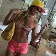 Deborah Secco optou por um boné com aba reta, óculos modelo aviador e bolsa de palha para curtir uma tarde na praia