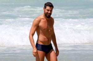 Cauã Reymond mostra boa forma em tarde de praia no Rio, sem Grazi Massafera