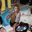 Lindsay Lohan ataca de DJ em festa e bebe só água e refrigerante