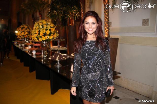 Paloma Bernardi cobra R$ 20 mil para fazer presença em eventos pelo Brasil. O valor corresponde a atriz ficar duas no local e posar para fotos. Foto em março de 2013