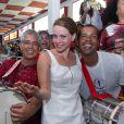 Leandra Leal, da novela 'Império', cai no samba com a bateria da Escola de Samba Salgueiro, no Rio