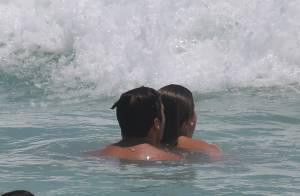 Fernanda Gentil curte praia abraçada ao marido e mostra boa forma de biquíni