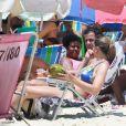 Fernanda Gentil vai à praia com o marido e mostra boa forma em biquíni, no Rio de Janeiro