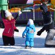 Família feliz! Olha que lindo o Milan brincando na neve com os pais, Shakira e Gerard Piqué