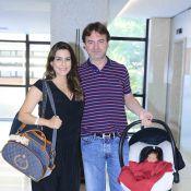 Ticiana Villas Boas deixa hospital e mostra rosto do filho recém-nascido