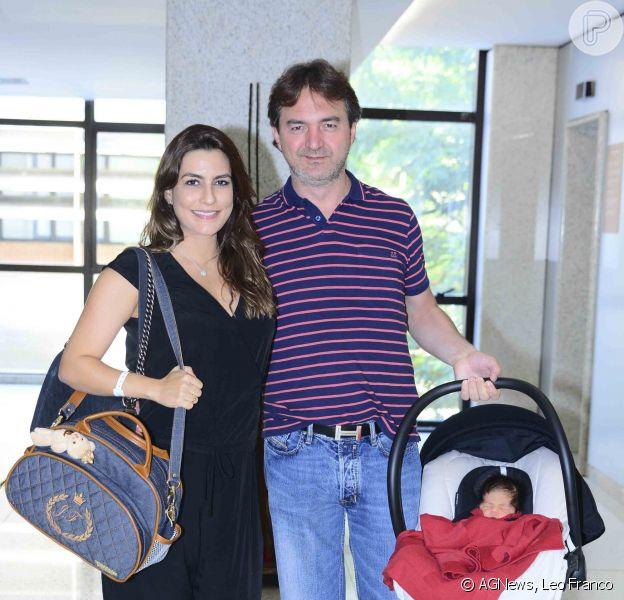 Ticiana Villas Boas deixa hospital ao lado do marido e mostra rosto do filho recém-nascido, neste sábado, 24 de janeiro de 2015