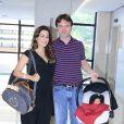 Ticiana Villas Boas deixa hospital ao lado do marido e mostra rosto do filho recém-nascido