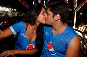 Bruno Gissoni e Yanna Lavigne se beijam em roda-gigante do Festival de Verão