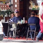 Owen Wilson almoça com amigo durante férias no Rio