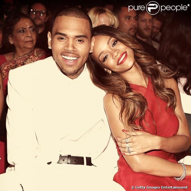 Rihanna e Chris Brown estão em um namoro ioiô, enquanto isso o cantor foi flagrado com uma fã em uma balada, e boatos sobre um possivel affair surgiram. Tudo foi desmentido por um amigo de Brown neste domingo, 7 de abril de 2013