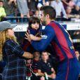 Shakira levou o filho mais velho, Milan, para ver a atuação de Piqué pelo Barcelona. Antes do jogo, o atleta cumprimentou a mulher e o herdeiro