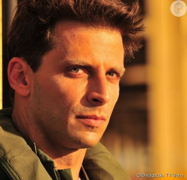 Na novela 'Flor do Caribe', Dom Rafael (Cesar Troncoso) denuncia Cassiano (Henri Castelli) para a polícia