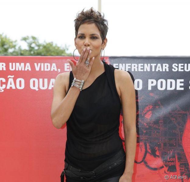 Halle Berry está no Brasil para divulgar o longa 'Chamada de Emergência' e falou sobre o filho que espera, em 10 de abril de 2013