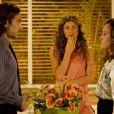 Ester (Grazi Massafera) fica chocada com o coportamento agressivo de Alberto (Igor Rickli), em 'Flor do Caribe'