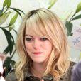 Emma Stone gosta de um franjão para o lado, mas também com volume