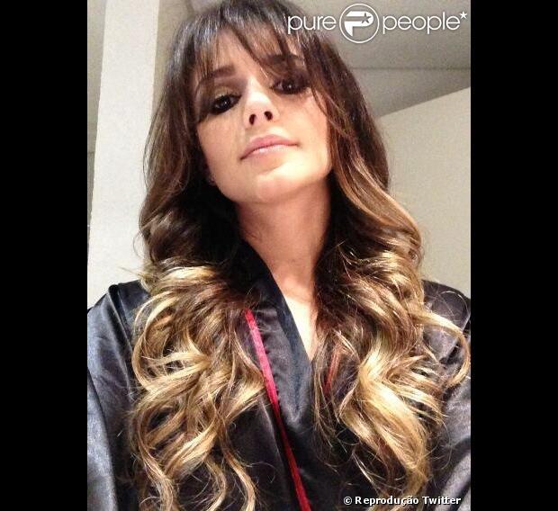 Paula Fernandes postou uma foto em seu Twitter com o novo visual. A cantora sertaneja aderiu ao franjão e clareou mais as pontas do cabelo, emsábado 13 de abril de 2013,