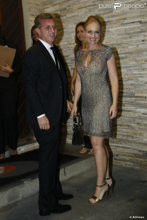 Angélica e Luciano Huck posam na entrada do casamento de  Mariana Nogueira com Gilson Roquette, em 20 de abril de 2013