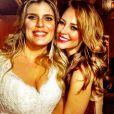 A atriz ainda publicou uma foto com a noiva e assessora,  Mariana Nogueira